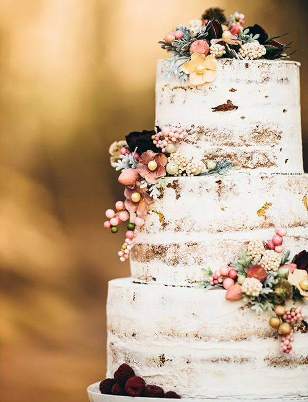 Decorate your wedding cake with berries and flowers rustic autumn look