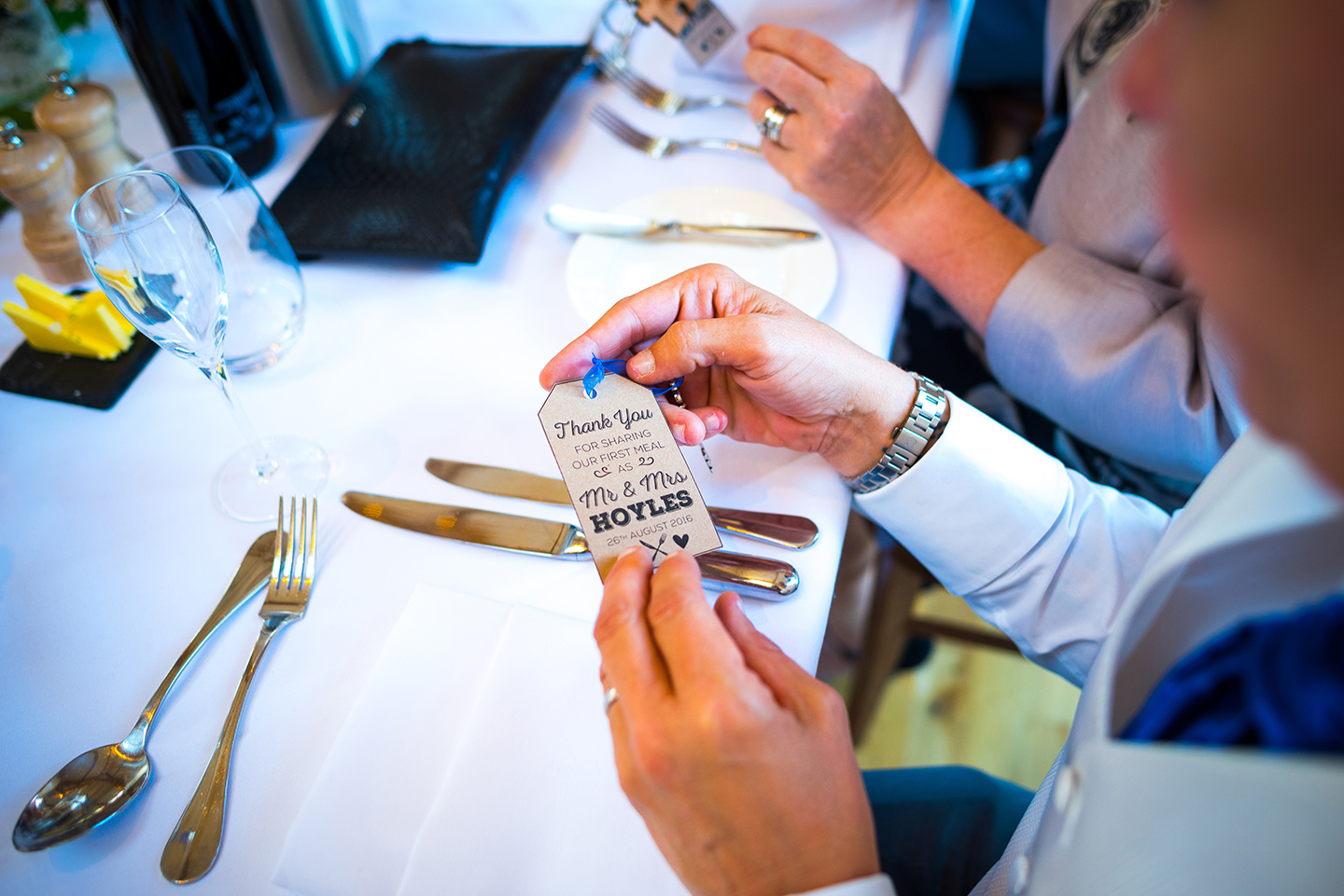 Guests receive a keyring wedding favour and thank you tag – wedding ideas